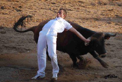"""UNA IMAGEN FRESCA Y OPORTUNA. María Pascual, del Conde Lucanor, de Peñafiel (Valladolid), ha ganado con la imagen de un espectacular quiebro del recortador de toros Ánder García. Se trata de una """"imagen fresca y oportuna"""", según la editora gráfica de EL PAÍS, Marisa Flórez."""