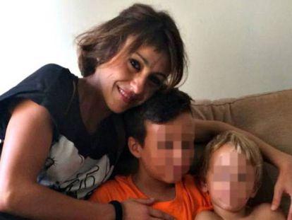 Juana Rivas con sus dos hijos, de 11 y tres años, en una imagen cedida por la familia.