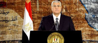 El presidente interino, Adli Mansur, habla en televisión por el Día de las Fuerzas Armadas.