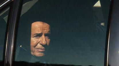Carlos Menem al dejar un plató de televisión en Chile, en 2004.
