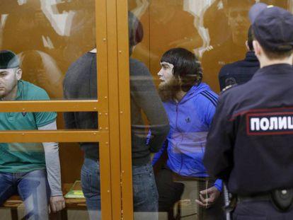 Shadid Gubashev (i), Zaur Dadayev (2i) y Anzor Gubashev (3i), tres de los cinco chechenos acusados, este jueves antes de la audiencia.