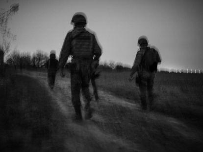 Un grupo de soldados del Ejército mexicano, durante un patrullaje nocturno a orillas del río Bravo, en el Estado de Tamaulipas, en la frontera con Estados Unidos.