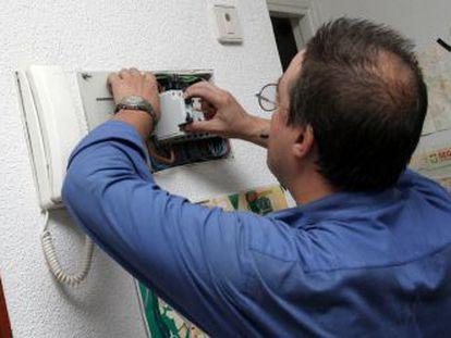 Un operario revisa un cuadro eléctrico.