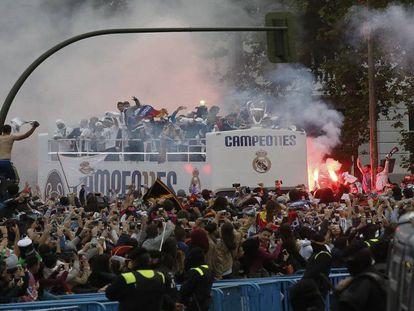 Aficionados del Real Madrid festejan el título en Cibeles