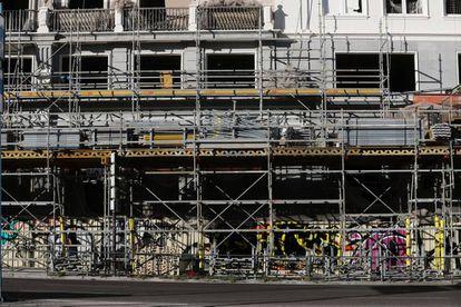 Todavía quedan algunos andamios a pie de calle en el edificio España