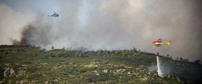 Helicópteros antiincendios trabajan en el fuego de Aiguamúrcia (Alt Camp).
