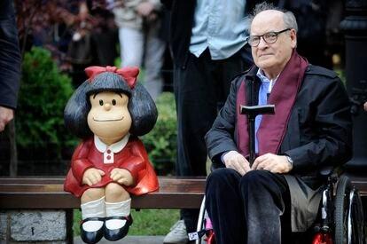 El dibujante Quino, con una estatua de su personaje Mafalda en 2014 en Oviedo.
