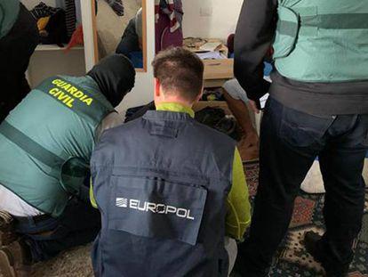 Agentes de la Guardia Civil y de Europol detienen a un presunto yihadista en Tenerife. En vídeo, la operación del instituto armado.