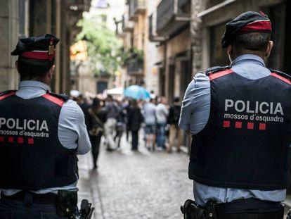 Una patrulla de Mossos d'Esquadra, en Girona. En el vídeo, declaraciones de vecinos de la asesinada.