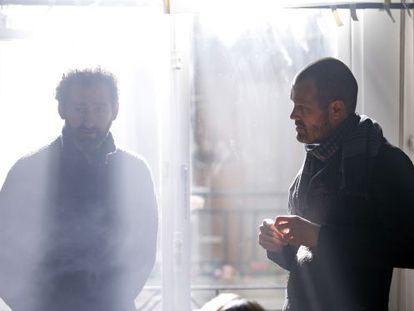 Los directores Jon Garaño (izquierda) y Jose Mari Goenaga, en el rodaje de 'Loreak'.