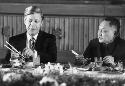 El primer ministro Deng Xiaoping enseña al canciller alemán, Helmut Schmidt, a comer con palillos durante un banquete en Pekín, el 29 de octubre de 1975. |