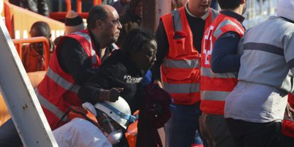 Una de las nueve mujeres rescatadas de la patera recibe la atención de Cruz Roja.