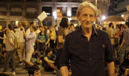 El director Basilio Martín Patino, en la Puerta del Sol de Madrid durante el 15-M.