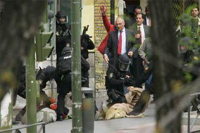 Agentes especializados reducen a los dos atracadores, en presencia del jefe superior de policía, Enrique Barón (en el centro, con corbata).