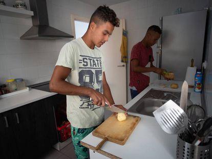 Jóvenes tutelados en Jerez de la Frontera preparan su comida en un piso de la ONG Voluntarios por un mundo mejor.
