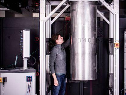 Una trabajadora de IBM, junto a uno de los sistemas cuánticos de la firma.