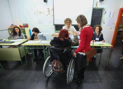 Una mujer con discapacidad participa en el simulacro previo a las elecciones generales del 28 de abril, las primeras en las que la minoría podrá ejercer el voto sin restricción