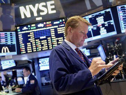 Corredores de bolsa trabajan en el parqué de la Bolsa de Nueva York
