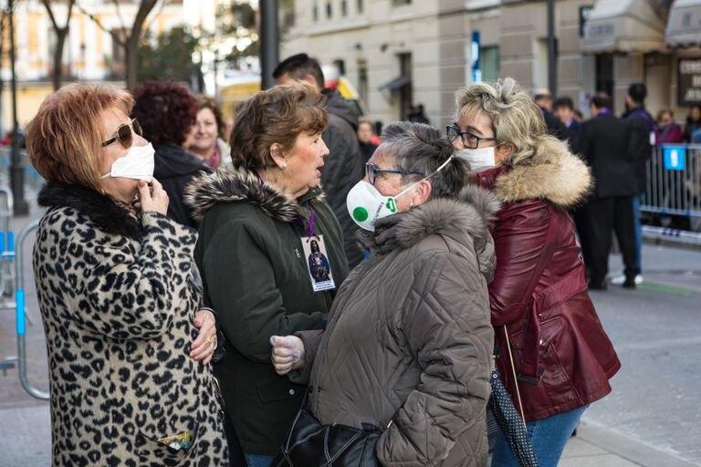 Mujeres con mascarilla a las puertas de la iglesia del Cristo de Medinaceli, el viernes en Madrid.