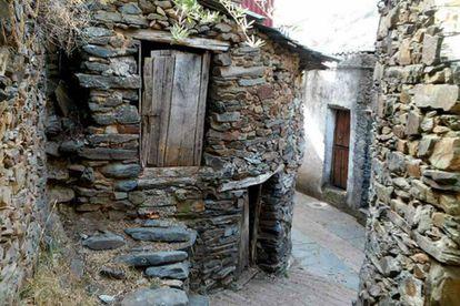 Callejón de El Gasco, en las Hurdes. Las casas están construidas con diferentes piezas de pizarra, todas recogidas del suelo y su estructura busca conservar el calor.  