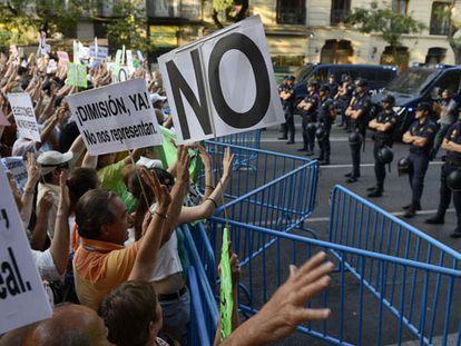 Dos mil personas protestan ante la sede del PP en Madrid