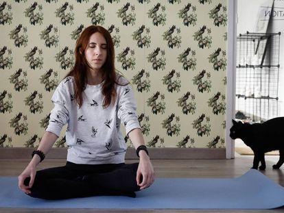 Sesión de yoga con gatos en la Cat House del Born.