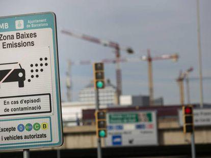 Carteles de Zona de Bajas Emisiones en los accesos a Barcelona.