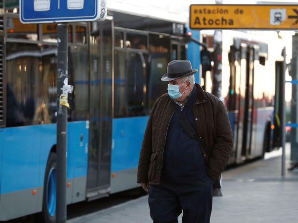 MADRID, 05/10/2020.- Un hombre protegido con una mascarilla transita las inmediaciones de la Estación de Atocha este lunes, primer día laborable de las nuevas restricciones establecidas en Madrid capital y otros nueve municipios para frenar la expansión del coronavirus. EFE/Mariscal