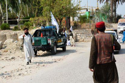 Milicianos talibanes custodian el lugar de una de las explosiones de este sábado en la ciudad oriental de Jalalabad, en Afganistán.