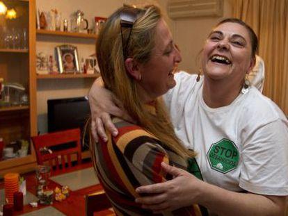 Dolores Bermejo celebra con una amiga que podrá seguir en su casa.