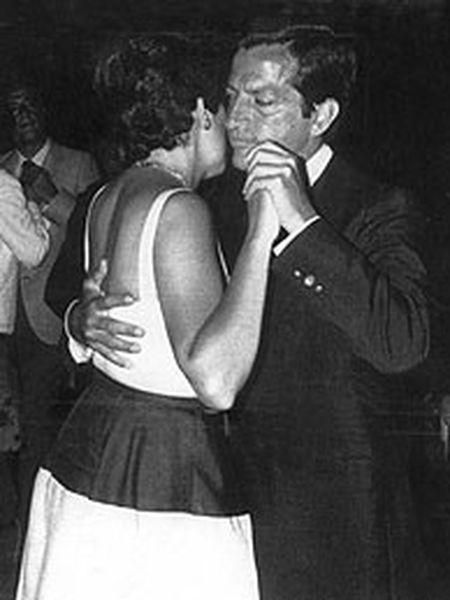 Amparo Illana y Adolfo Suárez, bailando durante unas vacaciones en Galicia.   / EFE