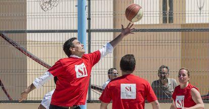 Pedro Sánchez juega al baloncesto antes de participar en un acto en Palma.
