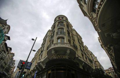 El primer edificio de la calle (Gran Vía, 8) y, abajo, la tienda de Loewe.
