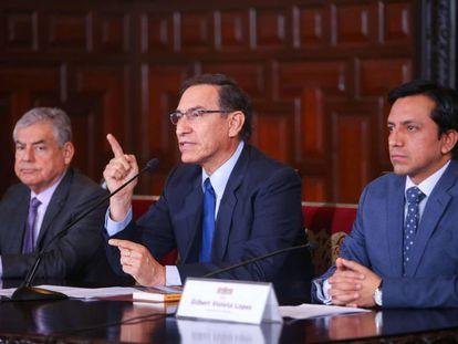 Desde la izquierda, el ministro César Villanueva, el presidente Martín Vizcarra y el congresista Gilbert Violeta.