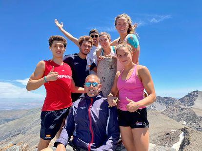 Fred Vergnoux en el centro, rodeado de izquierda a derecha por Alejandro Puebla, Arbidel González, Alberto Martínez, Jimena Pérez, Mireia Belmonte y Anja Crevar, en la cima del cerro Veleta, en Sierra Nevada.