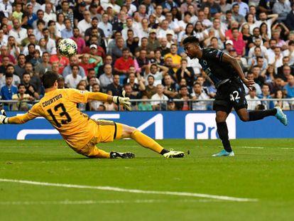 Bonaventure supera a Courtois para firmar el segundo gol del Brujas en el Bernabéu.