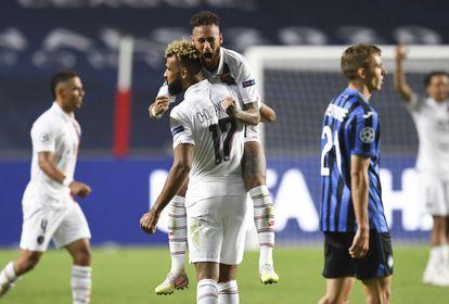 Neymar celebra la victoria contra el Atalanta con Choupo-Moting, autor del segundo gol del PSG anoche en Lisboa.