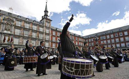 Tamborrada de la Cofradía de la Coronación de Espinas, de Zaragoza, en la plaza Mayor de Madrid, en 2009.