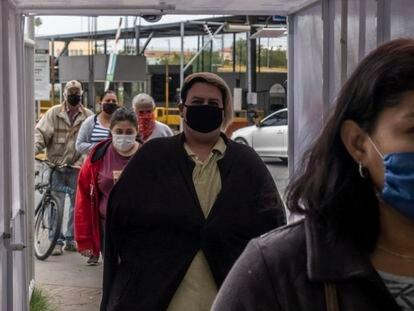 Ciudadanos mexicanos cruzan la frontera en Nuevo Laredo.