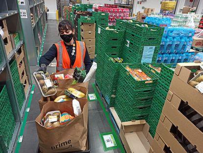 Una trabajadora de Amazon Fresh, en uno de los centros logísticos de la compañía.