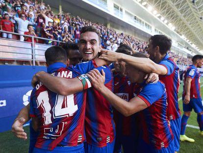 Los jugadores del Éibar celebran su segundo gol contra el Celta.