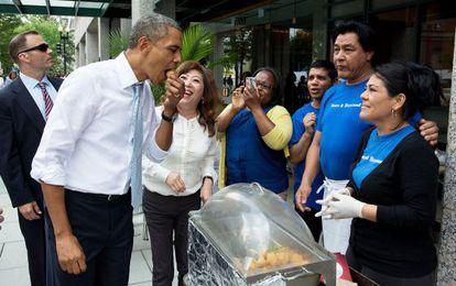 Barack Obama en una puesto callejero en Washington.