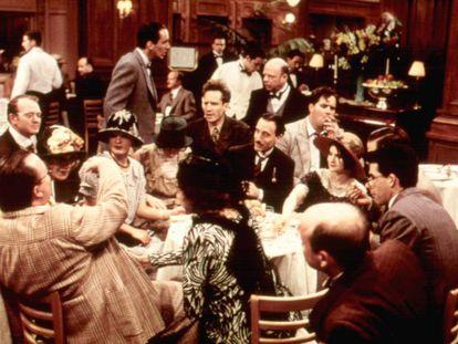 Esta imagen de 'La señora Parker y el círculo vicioso' (1994) no solo es evocadora para este artículo sobre la última copa ante la pandemia por esa cercanía personal que hoy resulta impensable, sino porque la escritora Dorothy Parker y sus amigos del Algonquin celebraban y bebían despreocupados muy poco antes de una crisis económica gigantesca.