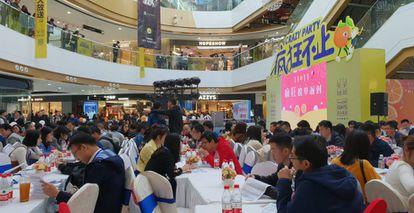 Sesión de citas a ciegas en masa para jóvenes solteros en Shanghái.