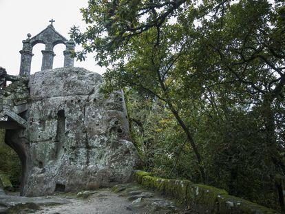 Vista del monasterio de San Pedro de Rocas, en cuyo entorno la Diputación de Ourense ha iniciados obras de ensanche de la carretera que obligan a talar arboles catalogados. Óscar Corral