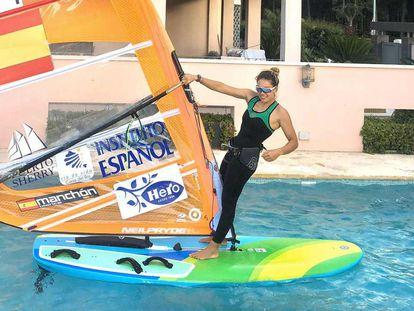 Blanca Manchón se entrena en la piscina de su casa durante el estado de alarma.