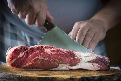 La paleodieta consiste principalmente en carne, huevos, frutos secos, raíces y hortalizas.
