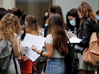 Varios estudiantes repasan antes del inicio de las Pruebas de Acceso a la Universidad (PAU), en junio, en la Universitat Politècnica de Valencia.