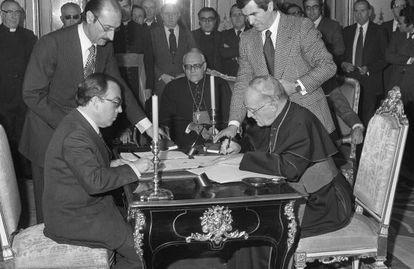 Marcelino Oreja y el nuncio vaticano ratifican en Madrid, en diciembre de 1979, los acuerdos sellados en enero entre España y la Santa Sede.