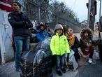 DVD991. Familia refugiados en Mitelene, Lesbos. Alvaro Garcia. 04/03/2020